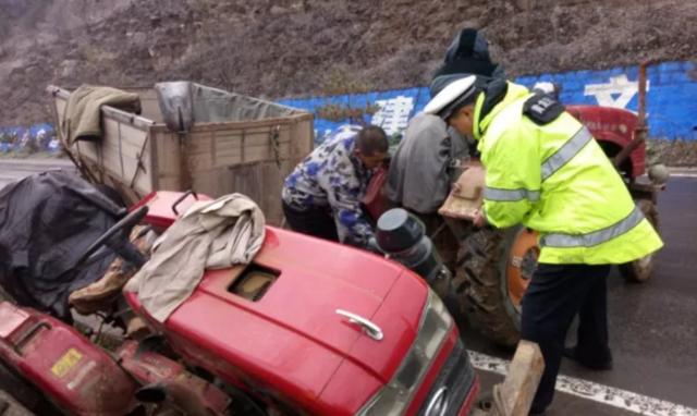 拖拉机侧滑掉入沟渠  黄龙民警援手拖出
