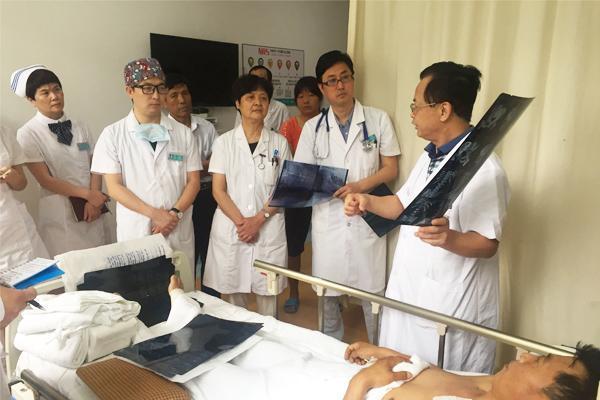 男子高速路出车祸脊髓离断 西安医师全力抢救