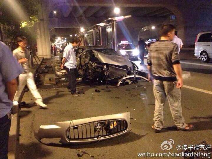 成都市清江中路铁门坎公交站旁发生了一车祸,一辆未悬挂号牌高清图片