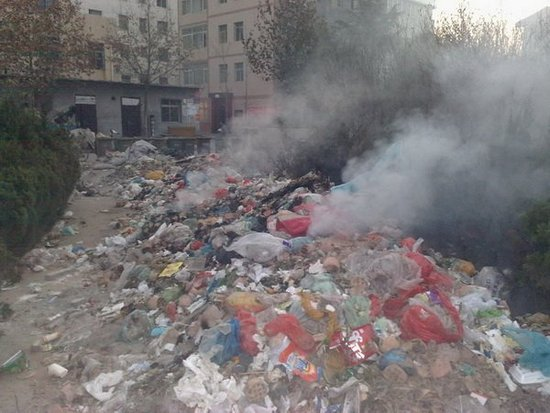"""街巷出现""""垃圾焚烧场"""" 谁在污染西安蓝天"""