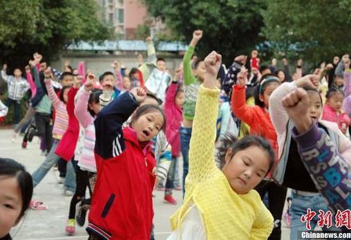 小学课间跳广场舞 轻松锻炼形式颇受学生欢迎