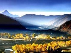 金秋之旅 游走川藏线欣赏静谧秋景