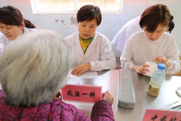 爱心义诊:市五院开展送医送药下乡活动