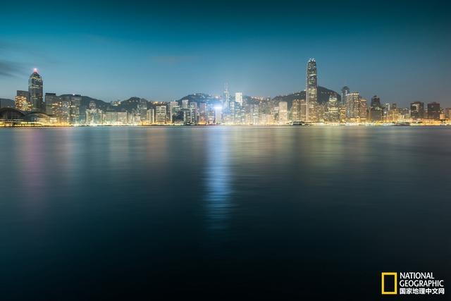 重复与密集的香港,他拍出了香港这个城市的建筑之魂!