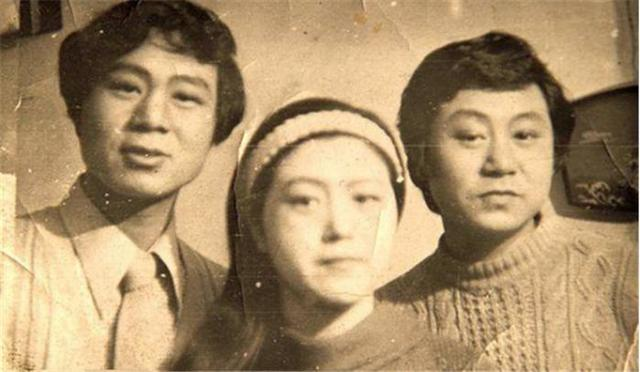 56岁范伟全家照:妻子貌美如花 儿子一表人才