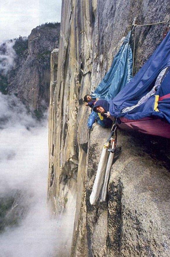 惊险悬崖玩命党 用生命玩出的纪念照