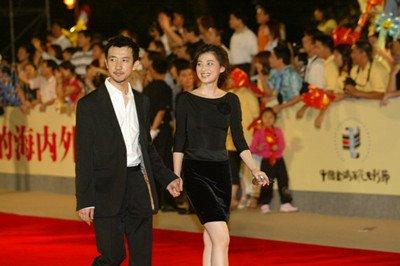 被砍的导演鄢波可谓是艳福不浅,因为她的第一任妻子和现在的女友都