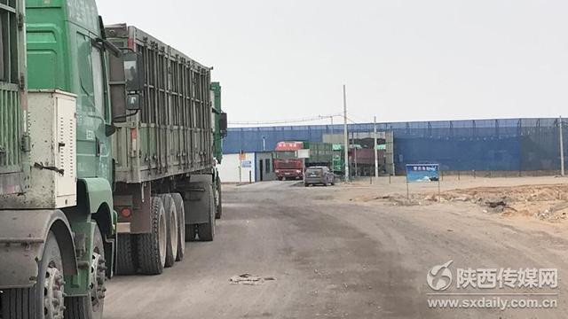 榆林煤矿长期出售黑煤 超载运煤车避开检查