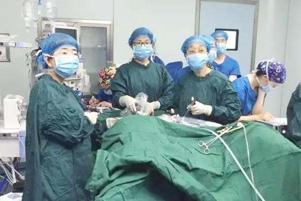 切除阑尾和腹腔镜两个手术 竟身上只被开一个口