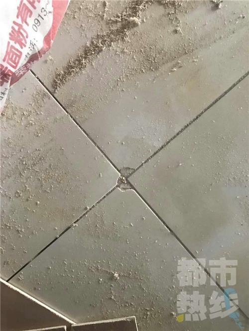 装修工因工钱没给够 砸毁地板带走钥匙坐地起价