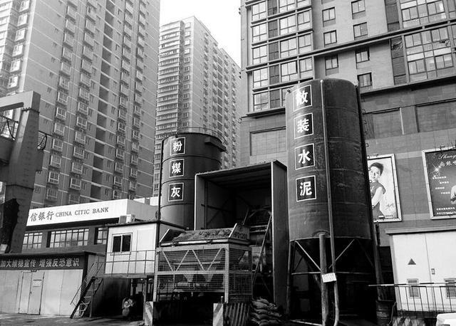 李家村地铁工地夜晚传出巨响 震碎商户钢化玻璃