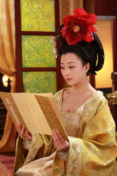 《武则天秘史》中,殷桃饰演的武则天因低胸装被过度吐槽,不过也演出