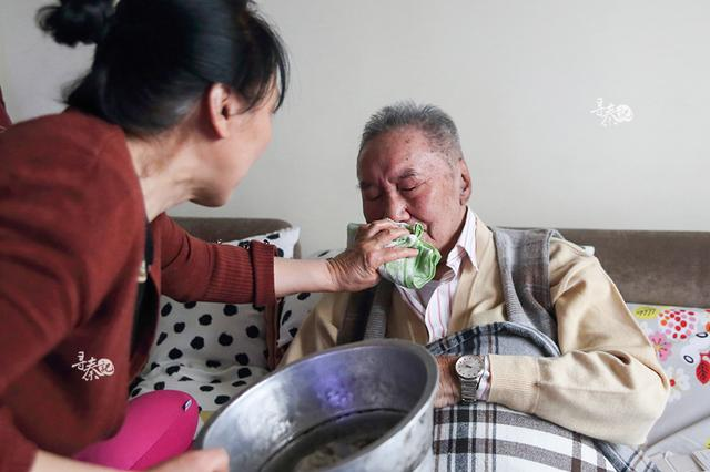 她义务照顾老邻居36年 背后真相让人动容