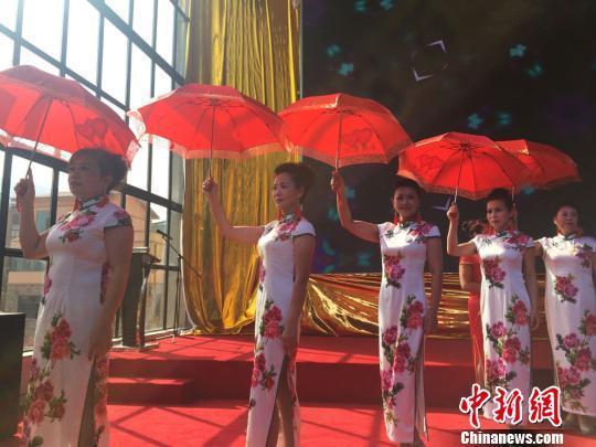 """老年模特队表演""""旗袍秀"""" 为观众献重阳礼物"""