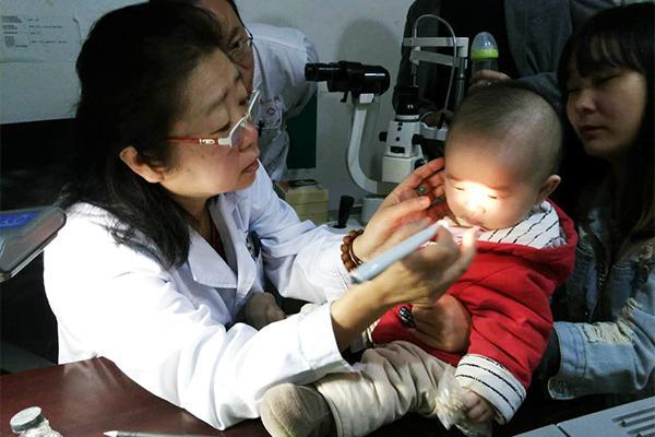 果农大爷几近失明 吴洁医师手术助其恢复视力