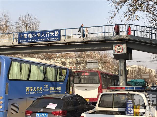 西安东郊一男子过街天桥跳下 砸中过路出租车