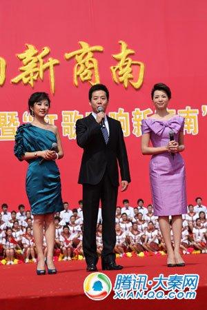 万人同唱红歌祝福党 幸福鲜花开遍新商南