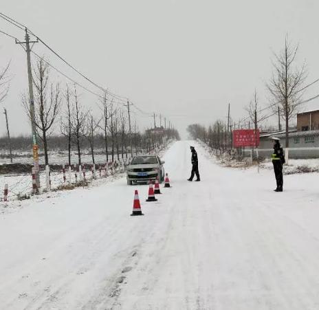 黄陵交警加大路面管控 在结冰路段抛洒工业盐