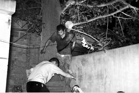 男子虐待子女遭追打 树上耍赖5小时后被行拘