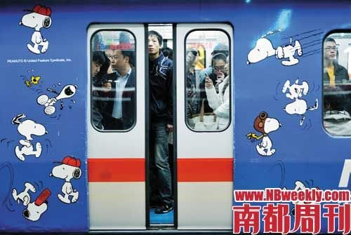 由于人流量大,受众面广,地铁广告是地铁公司的一个重要收入来源.