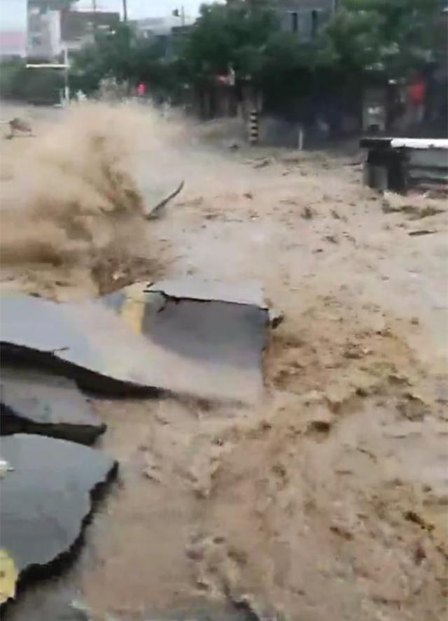 榆林城区暴雨致多处内涝 降雨或将持续至28日图片
