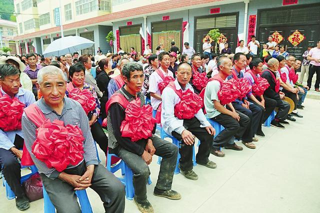 镇安县米粮镇党委、政府召开脱贫表彰大会