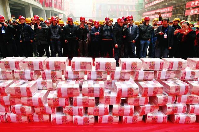 西安一工地摆1200万现金给农民工发工资