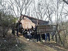 传销窝点藏匿深山 十几人白天培训晚上离开