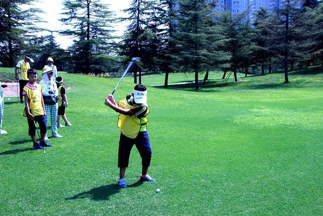 西安市中小学高尔夫、击剑、棒垒球、橄榄球特网球借力图片