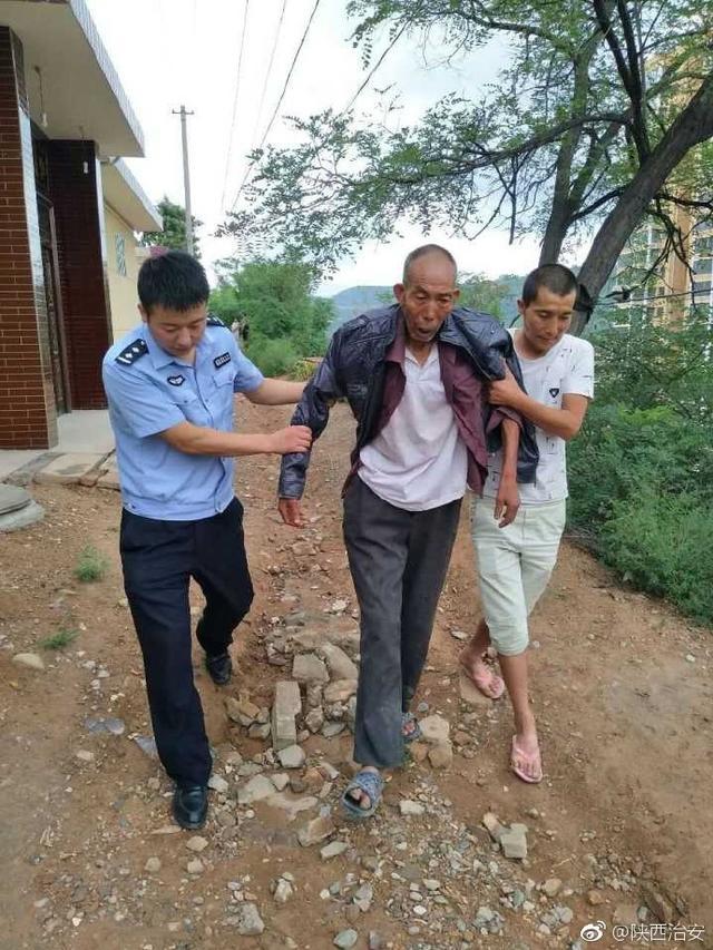 铜川印台一老人路边晕倒 民警通过微信群帮其回家