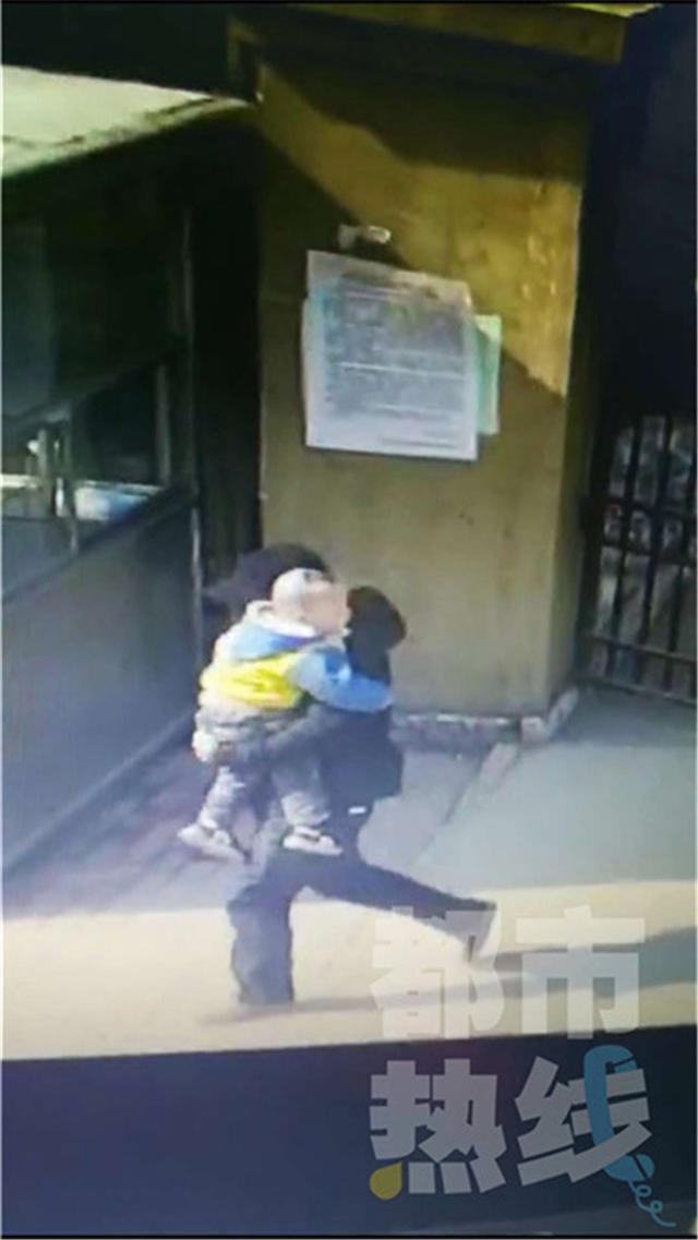 两岁男童小区玩耍被一男子抱走 竟是孩子父亲