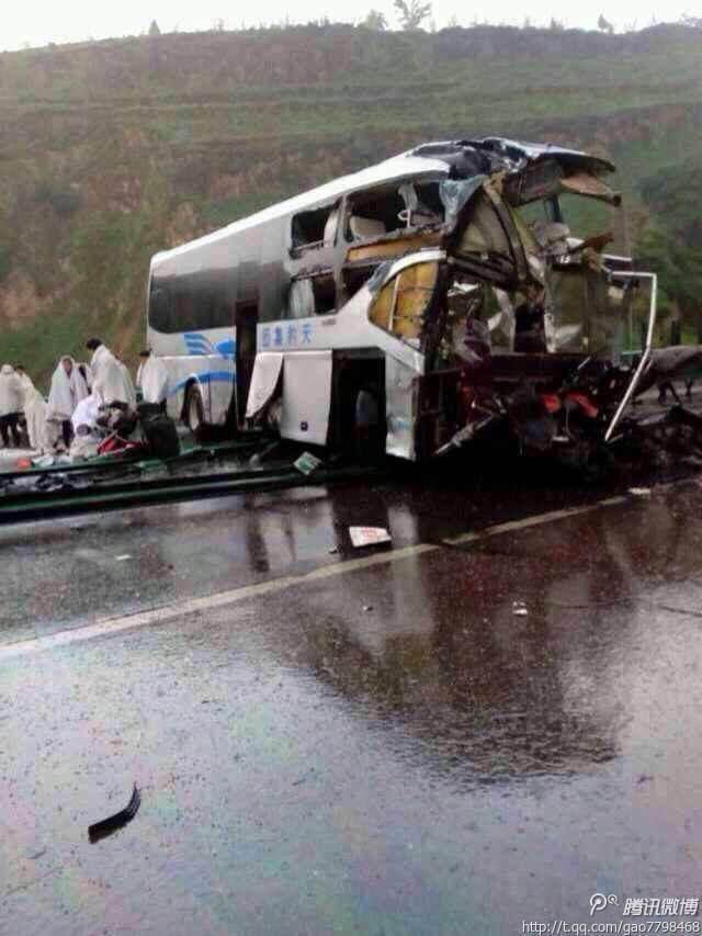 青银迅快榆林境内卧铺货车相撞 4人故故12人伤
