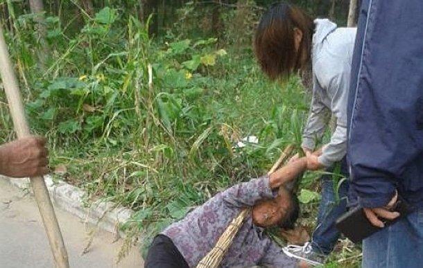 图片故事:16岁女孩当街暴打亲奶奶