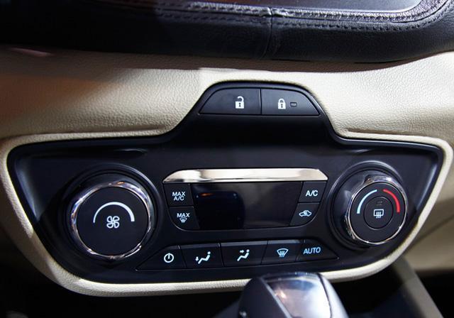 捷达自动豪华型的配置,其同样配备了定速巡航以及自动空调并且可选装