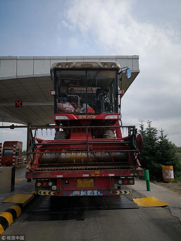 陕西榆林:货车托运三台收割机 收割机内坐7人