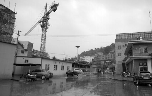 绥德汽车站停运3小时 出站口前悬挂施工塔吊
