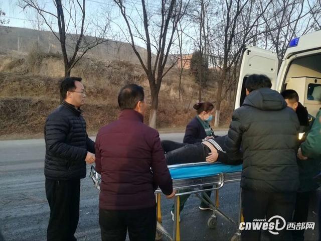路遇车祸三人受伤 铜川数十名干部群众齐伸援手