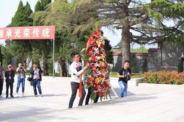 渭华起义90周年 全国网媒记者走进烈士陵园缅怀先烈