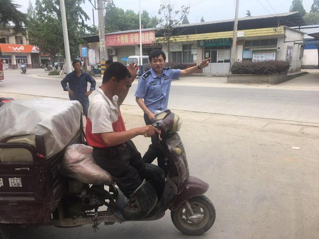 无腿男子驾三轮车纵穿中国 迷路后民警为其绘图