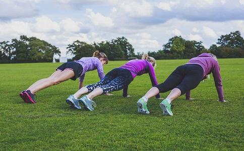俯卧撑的正确做法 俯卧撑要如何做 做俯卧撑有什么好处
