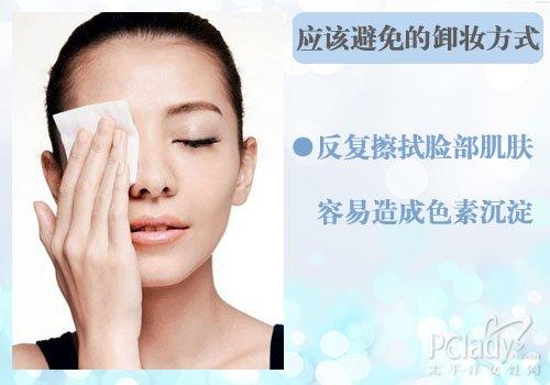 擦拭脸部到没有色素为止,因为这样反而更会将色彩擦入到肌肤角