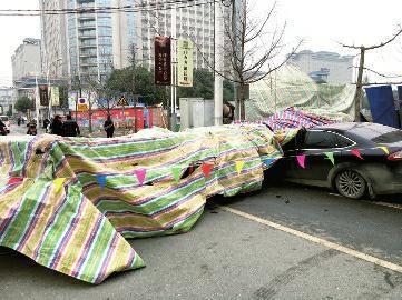 汉台打桩机施工时突然倒塌 路边小轿车被砸毁