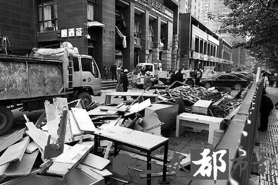 爆炸现场处置工作有序开展 事发楼体已被围挡