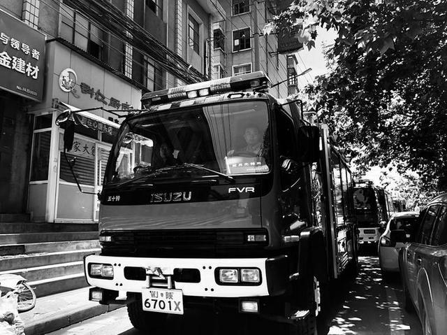 西安李家分村民宅起火 村道太窄挡住消防车