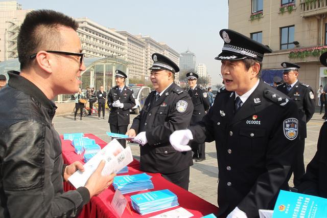 西安开展扫黑除恶宣传活动 呼吁市民提供线索