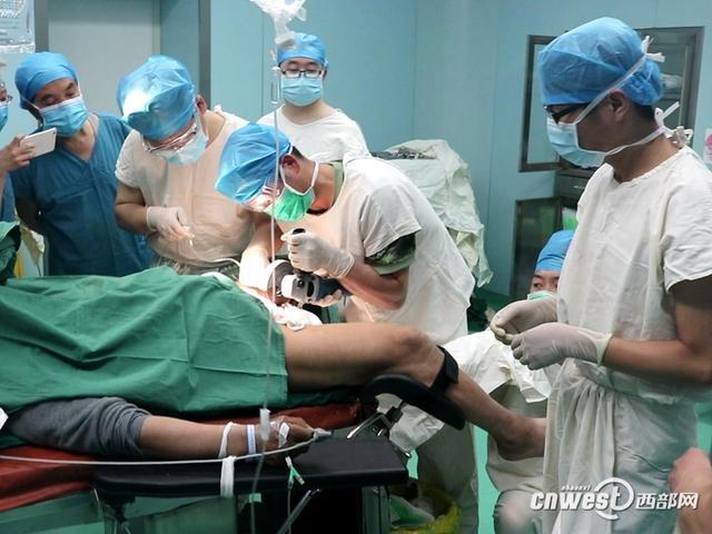 汉中淘气老汉下体上套轴承 被套部位严重肿胀