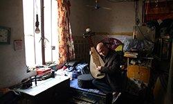 221:残疾制琴师中年丧子 靠卖琴供孙子上学