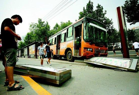 公交车高速进站撞飞两站牌 四名市民被撞伤
