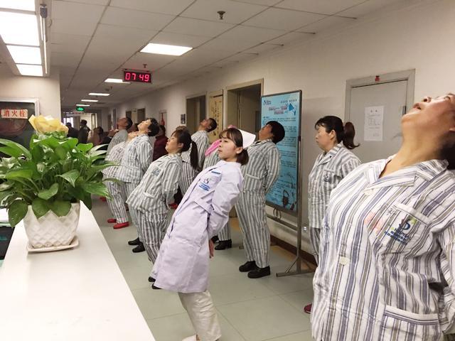 西安市第五医院护理人员带领患者做医疗保健操