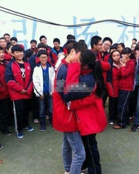 照片中一对穿着学校的初中生在初中校服当众接吻鼓掌,一旁围满了求爱2018蔡村新生操场图片
